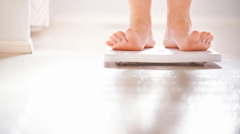 Diäten im Test: Füße auf der Waage.